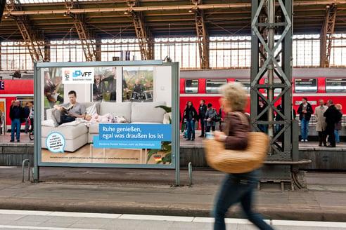 Großflächige Plakatwände rücken Fenster an Bahnhöfen ins richtige Licht.